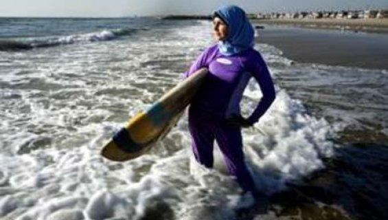 Le Burkini emerge et derange  Muslimswim11